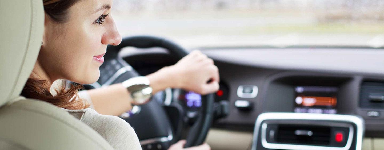 γυναίκα οδηγάει